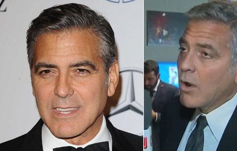 Výraz George Clooneyho, když se dozvěděl o rozvodu Pitta a Jolie, baví svět!