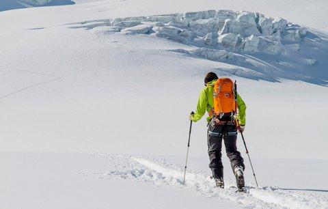 Na běžkaře se kvůli sněhu zřítila střecha odpočívadla, musel pro něj vrtulník