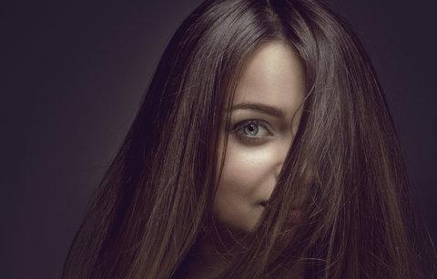 Jak zamaskovat odrosty rychle a bez barvení? Známe kosmetické triky!