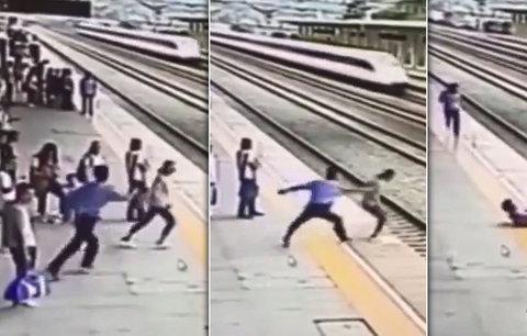 Video hrdiny: Muž strhne ženu jen vteřinu předtím, než skočí pod vlak
