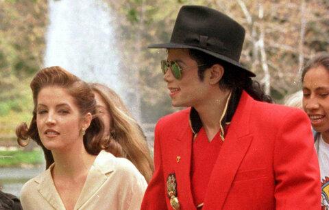 Polovina devadesátých let - křehoučká Lisa Presley s druhým mužem Michaelem Jacksonem. V té době už měla dvě děti z předchozího manželství.
