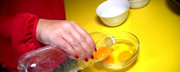 Geniálně snadné! Jak oddělit žloutek od bílku? Stačí vám PET láhev