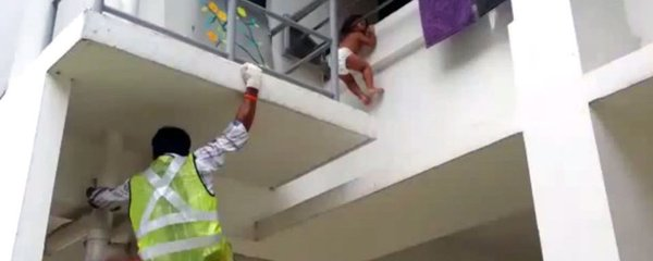 Batole se zaseklo na balkoně ve druhém patře: Viselo jen za hlavu!