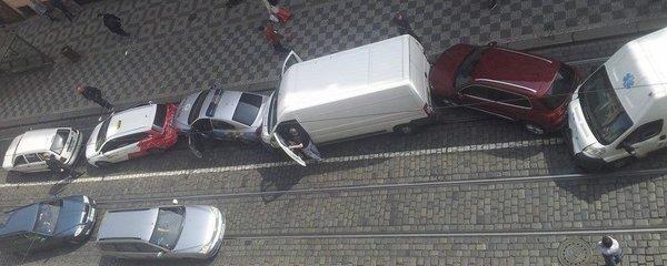 Tramvaj v Praze nabrala několik aut: Srazila i policejní vůz