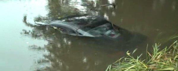 Mladíci se předváděli ve vytuněném autě: Utopili ho v potoce