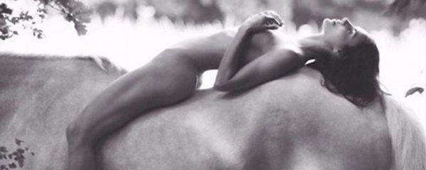 Na koníčka a celá nahá! Kendall Jenner ví, jak provokovat