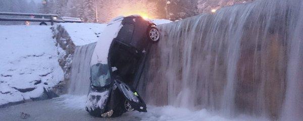 Ital spadl ve Slovinsku s autem do řeky! Naštěstí byla zamrzlá
