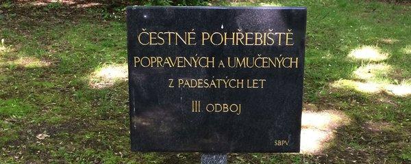 """Dcera odbojáře Mašína za komunismu: """"Nenápadně jsem mamince na hrob nosila květiny"""""""