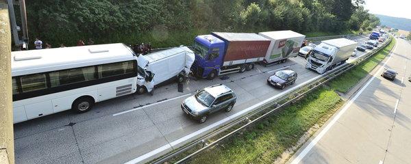 Děsivá nehoda na dálnici D1: Autobus a kamion sešrotovaly dodávku