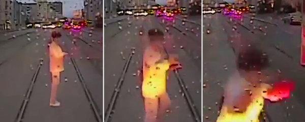 Ženu rozdrtila tramvaj, protože se na kolejích zakoukala do mobilu