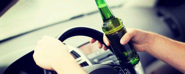 Opilci za volantem: Jeden vypil 30 piv, druhý usnul v nastartovaném autě