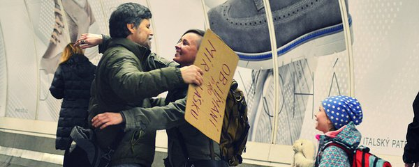 Nejsem žádný sluníčkář, říká Andrej (61): Už dva roky objímá Pražany