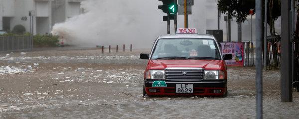 Účast ve volbách může ohrozit tajfun: Japonci se bojí prudkého deště a větru
