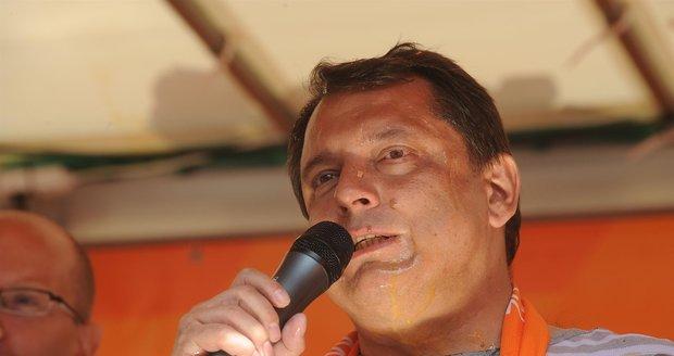 Jiří Paroubek na předvolebním mítinku v roce 2009 schytal vaječnou sprchu