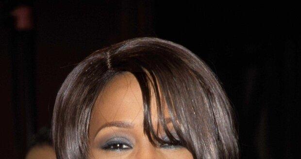 Whitney s krátkým účesem.