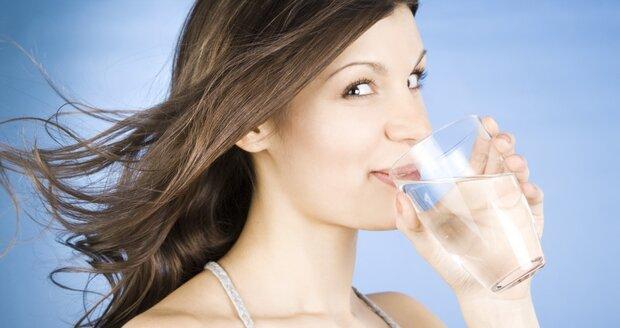 Dodržovat správný pitný režim bychom měly ve všech letních obdobích! Snížíme tím chuť k jídlu a prospějeme i naší pleti