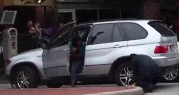 V Americe dávají na auta malé botičky: Žena odjela bez problémů i s ní!
