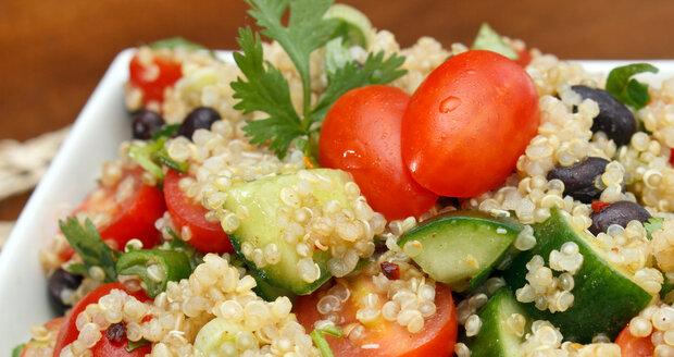 Skvělou variantu obědů pro všední dny představují saláty s těstovinami, které si můžete předem připravit doma.