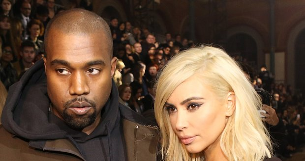 Kanye si svou Kim hýčká.