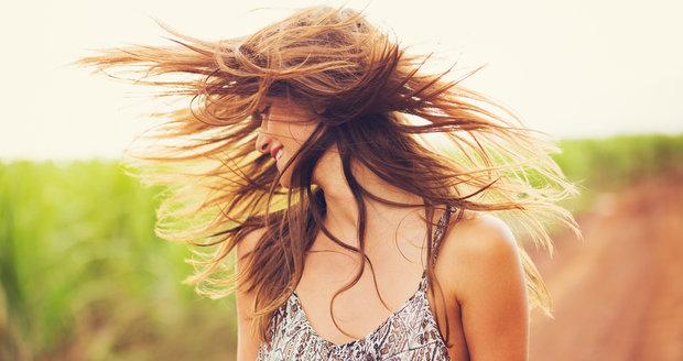 Vlasy vyžadují v létě zvláštní péči.