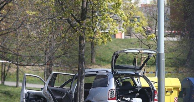 Bomba v autě v Měcholupech: Zkoumají i druhé auto zraněné ženy