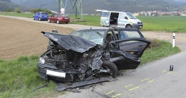Osmdesátník nezvládl jízdu ve sporťáku. Na místě zemřel