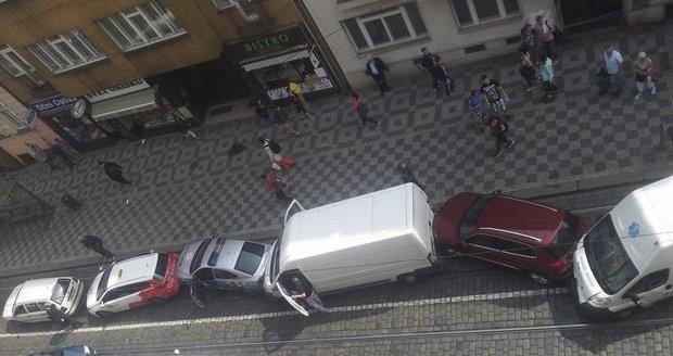 Tramvaj v Praze nabrala několik aut: Mezi poškozenými je i policejní vůz