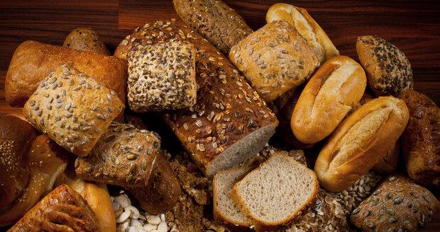 Celozrnné pečivo je zdravější, protože obsahuje vitaminy, minerální látky a vlákninu, a také tmavší.