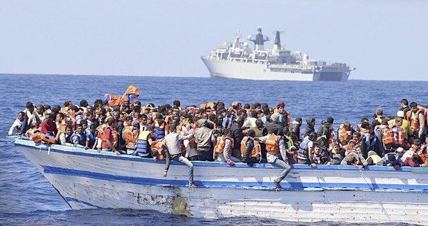 Válečná loď HMS Bulwark, Středozemní moře cca 300 mužů, 20 žen, 50 dětí