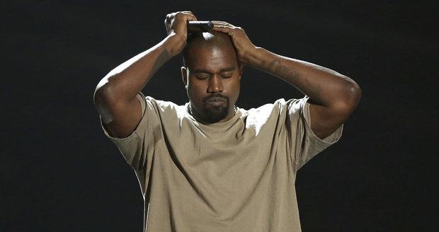 Kanye byl na pódiu zhulený jako paprika.