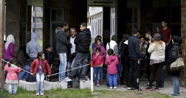 Uprchlíci ve slovenském uprchlickém táboře v Gabčíkovu