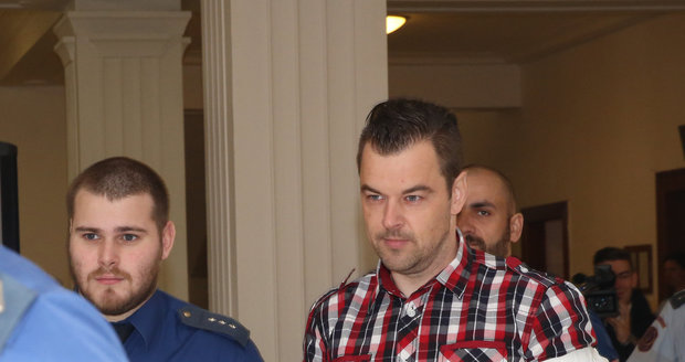Eskorta přivádí k soudu Petra Kramného.