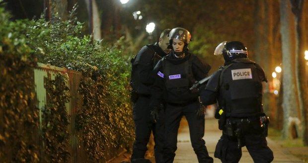Policie identifikuje jednoho z lidí před koncertní síní Bataclan.