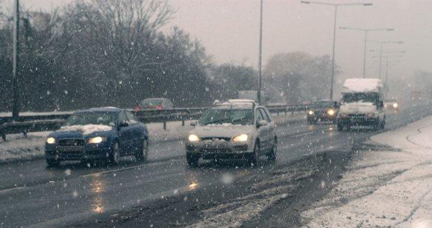Sníh i v nižších polohách a namrzající vozovky trápí v pondělí řidiče. (ilustrační foto)