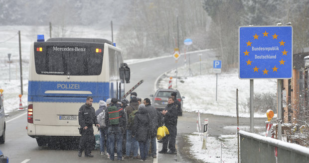 Němci za minulý rok zadrželi na 900 pašeráků lidí (ilustrační foto).