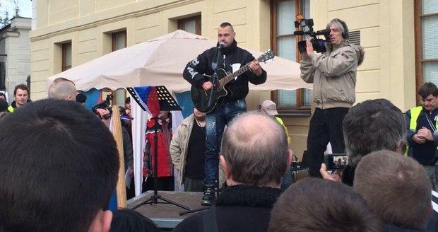 Odpůrcům islámu a migrace zazpíval na Hradčanském náměstí Tomáš Ortel.