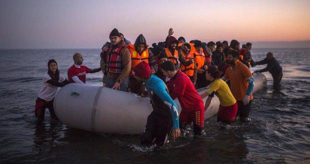 Uprchlíci, kteří dorazili z Turecka k řeckým břehům.
