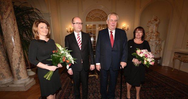Novoroční oběd 2016 startuje. Vlevo Bohuslav Sobotka s manželkou Olgou, vpravo Miloš Zeman s chotí Ivanou