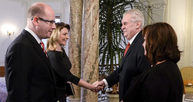 Vlevo premiér Bohuslav Sobotka (ČSSD) s manželkou Olgou, vpravo prezident Miloš Zeman s chotí Ivanou