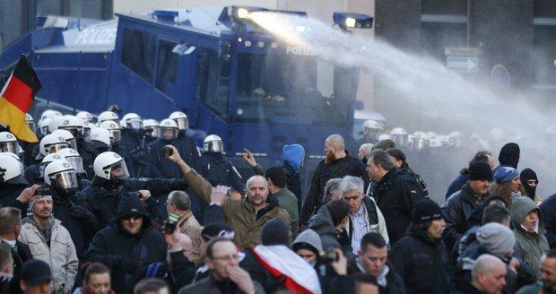 Němci se bouří kvůli sexuálním útokům. Napadli policii, ta použila vodní děla