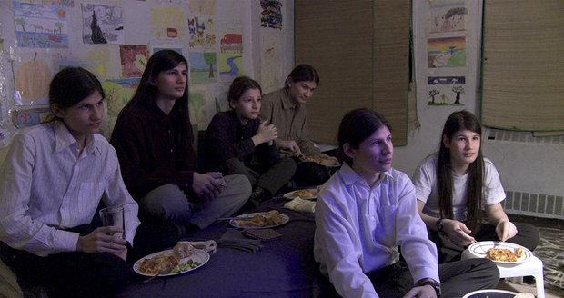 """""""Vlčí děti"""" roky nevyšly z bytu. Teď žijí šťastně, říká dokumentaristka"""