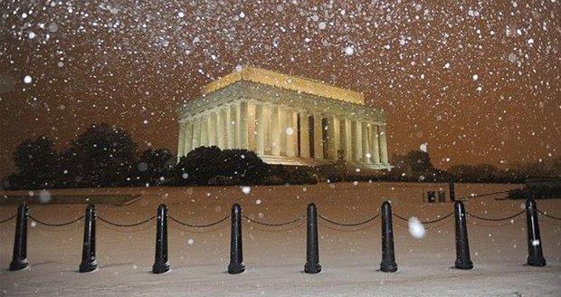 Ve Washingtonu už začalo pořádně sněžit v noci na čtvrtek.