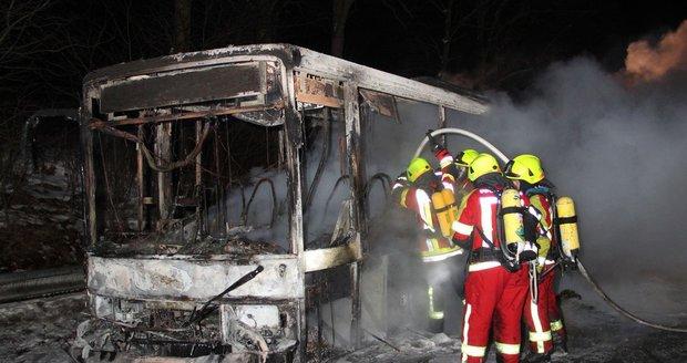 Autobus zachvátily plameny.