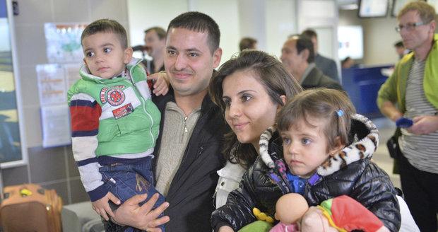 Do Prahy přiletělo deset uprchlíků. Uvítání jim přichystaly české děti