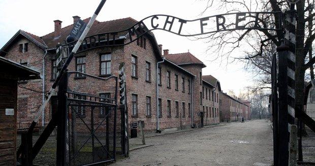 Vězně vítala v Osvětimi brána s nápisem Práce osvobozuje.