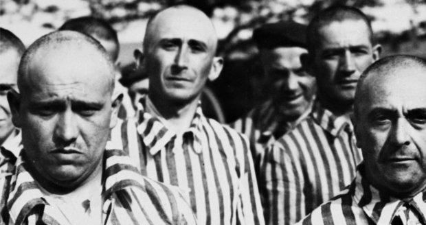 Vězňům oholili hlavy a navlékli je do pruhovaných mundúrů.