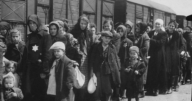 Čechoslováky, mezi nimiž byly i ženy a děti, fotili při cestě na smrt sami nacisté.