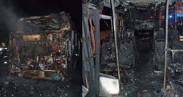 Autobus v Mladých Bukách shořel za jízdy: Řidič skončil v nemocnici
