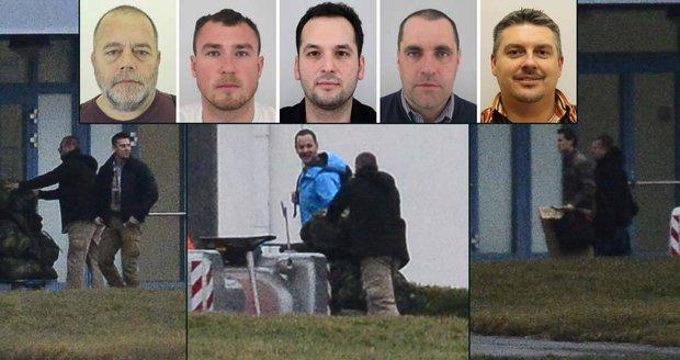"""První foto """"unesených"""" Čechů po návratu: Široký úsměv a tuna zavazadel"""