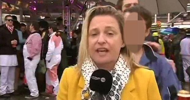 Blonďatou reportérku Esmeraldu Laby obtěžovali v Kolíně nad Rýnem před kamerou.